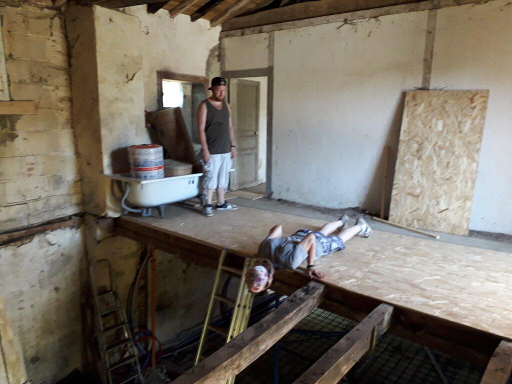 l'équipa plancher dans la Grange